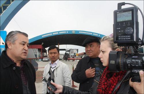 Омурбек Текебаев дает интервью журналистам