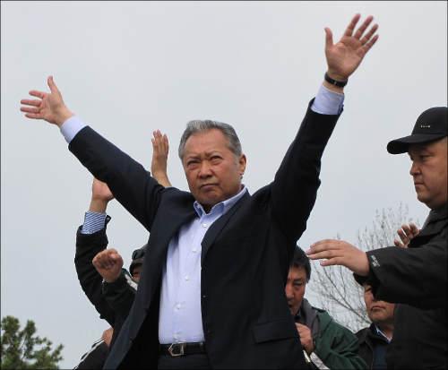 Курманбек Бакиев выступает на митинге