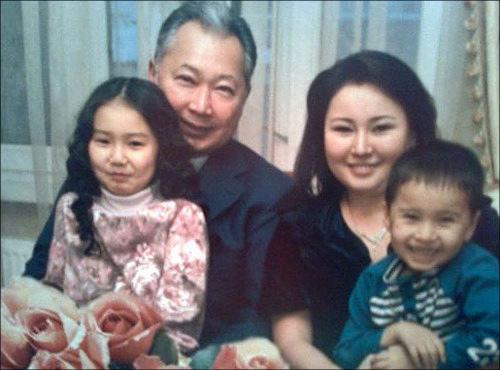 Бакиев покинул Кыргызстан вместе со своей третьей женой и двумя малолетними детьми