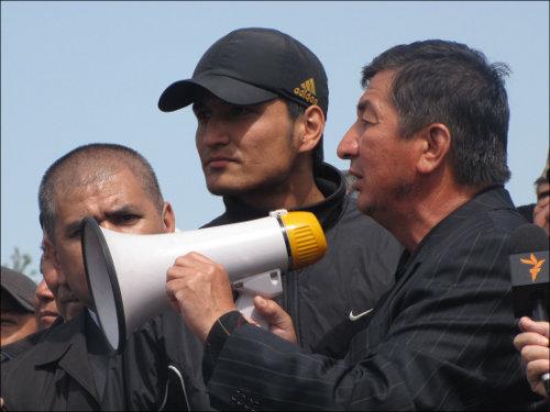На митинге в Джалал-Абаде 8 апреля 2010 года. С мегафоном – Кадыржан Батыров
