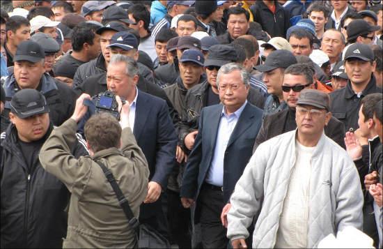 Курманбека Бакиева и его братьев охраняют в Джалал-Абаде 200 спецназовцев в спортивных куртках, под которыми они прячут короткоствольные «калаши»