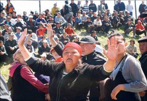 12 апреля в селе Маёвка под Бишкеком тысячная толпа жестоко избила владельцев наделов, принадлежащих в основном русским и туркам-месхетинцам