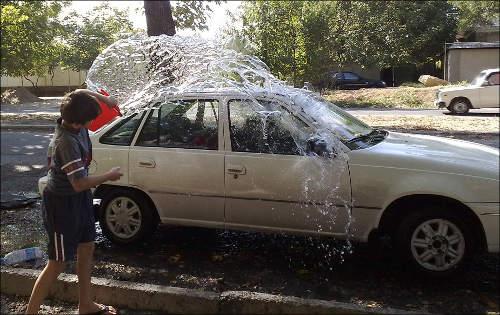Этому мальчишке повезло: он моет машины