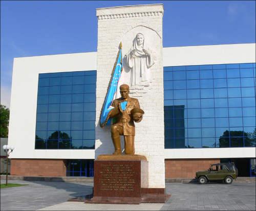 Новый памятник у Музея вооруженных сил Узбекистана