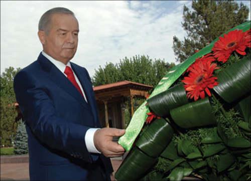 Ислам Каримов возлагает цветы
