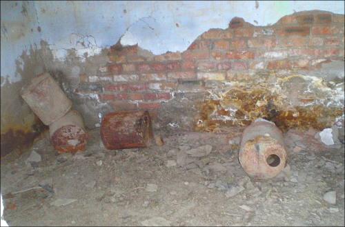 Так валяются пустые бочки из-под ядохимикатов на бывших складах
