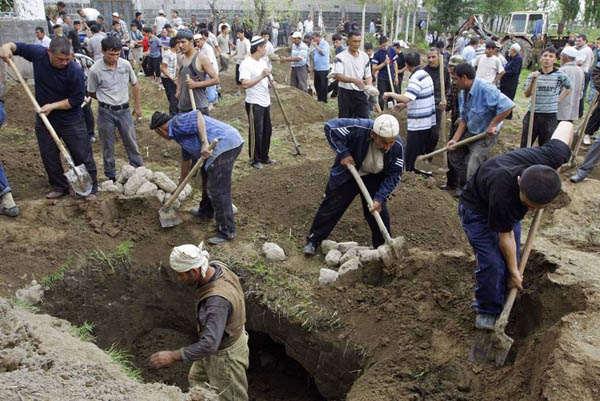 Узбеки готовят могилы для жертв межэтнических конфликтов в городе Ош. (Igor Kovalenko / EPA)