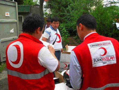 Раздача гуманитарного груза, присланного Красным Полумесяцем Турции