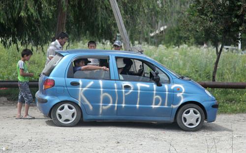 Машина с надписью