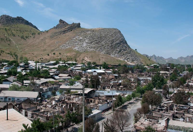 Последствия этнических столкновений в узбекском районе в центре Оша 14 июня. Фото сделано с минарета. Фото © AP/Dalton Bennett
