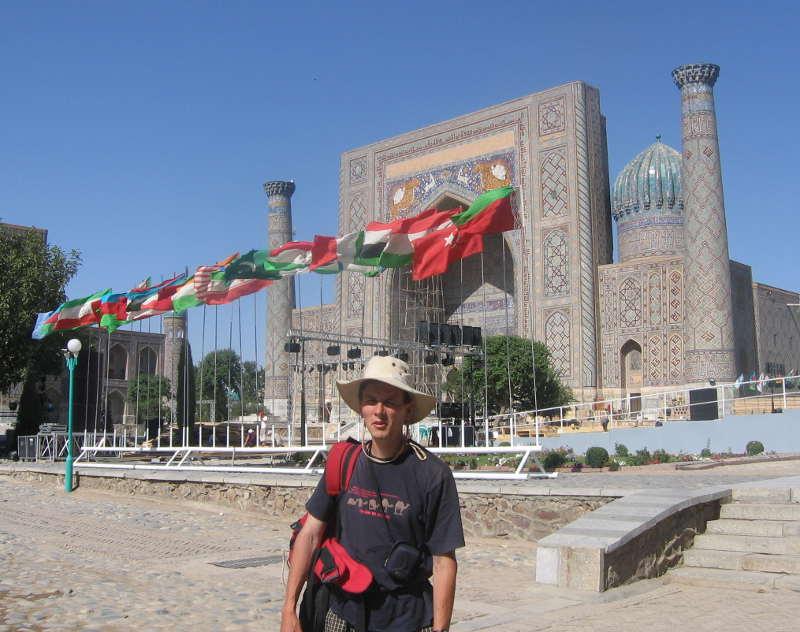 Дмитрий Попов на площади Регистан в Самарканде