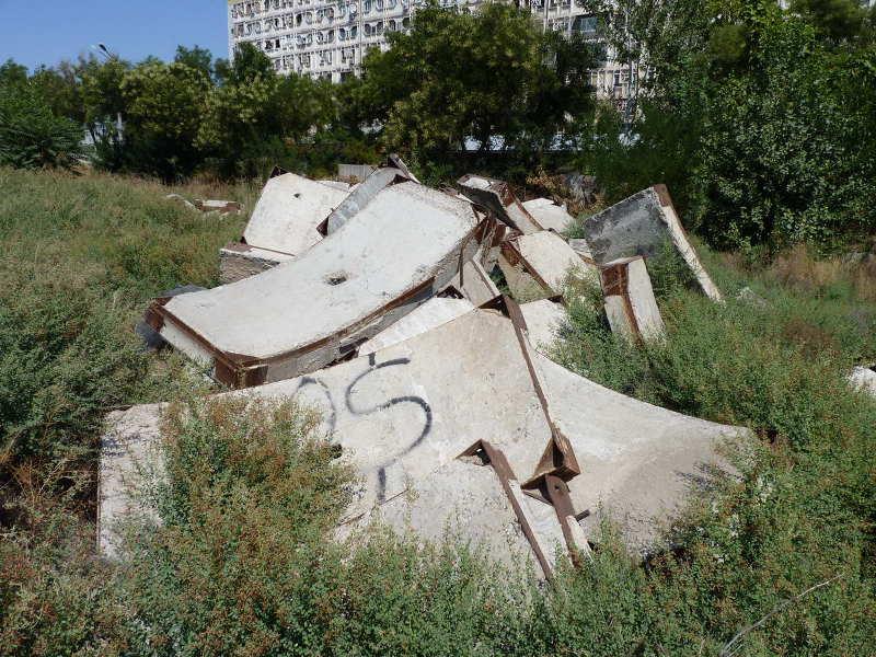 Бетонные конструкции на дне котлована законсервированной площадки метро