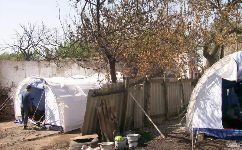 Многие из пострадавших до сих проживают в палатках