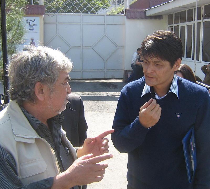 Правозащитник Сурат Икрамов и журналис Малик Бобоев перед началом суда