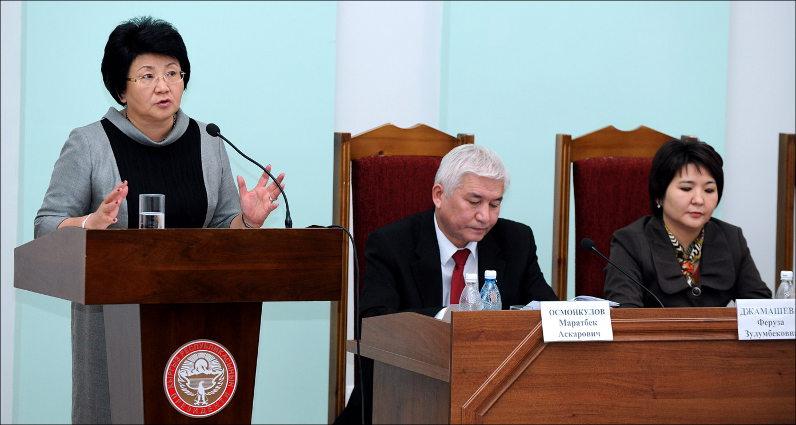 Роза Отунбаева выступает перед судьями