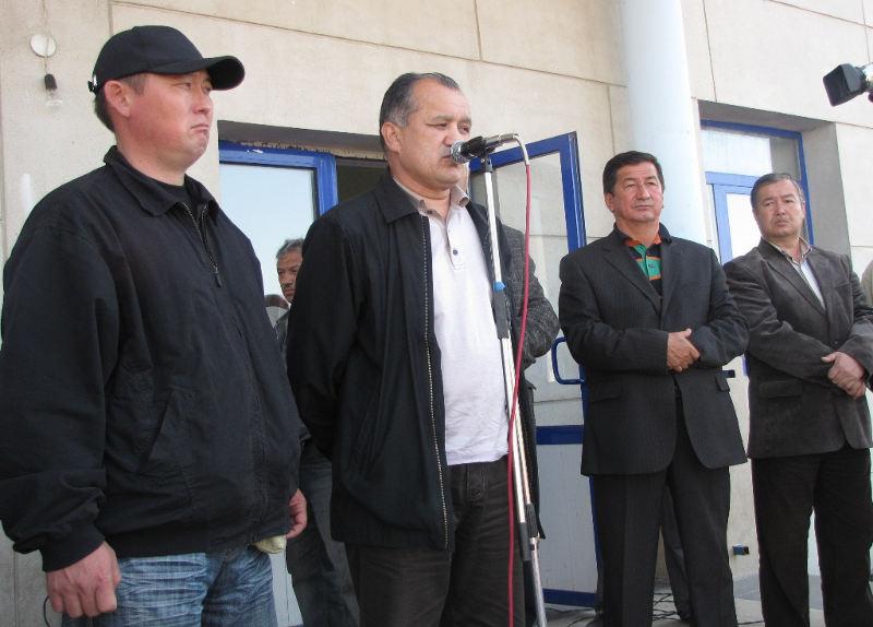 Асылбек Текебаев выступает на митинге перед членами узбекской общины