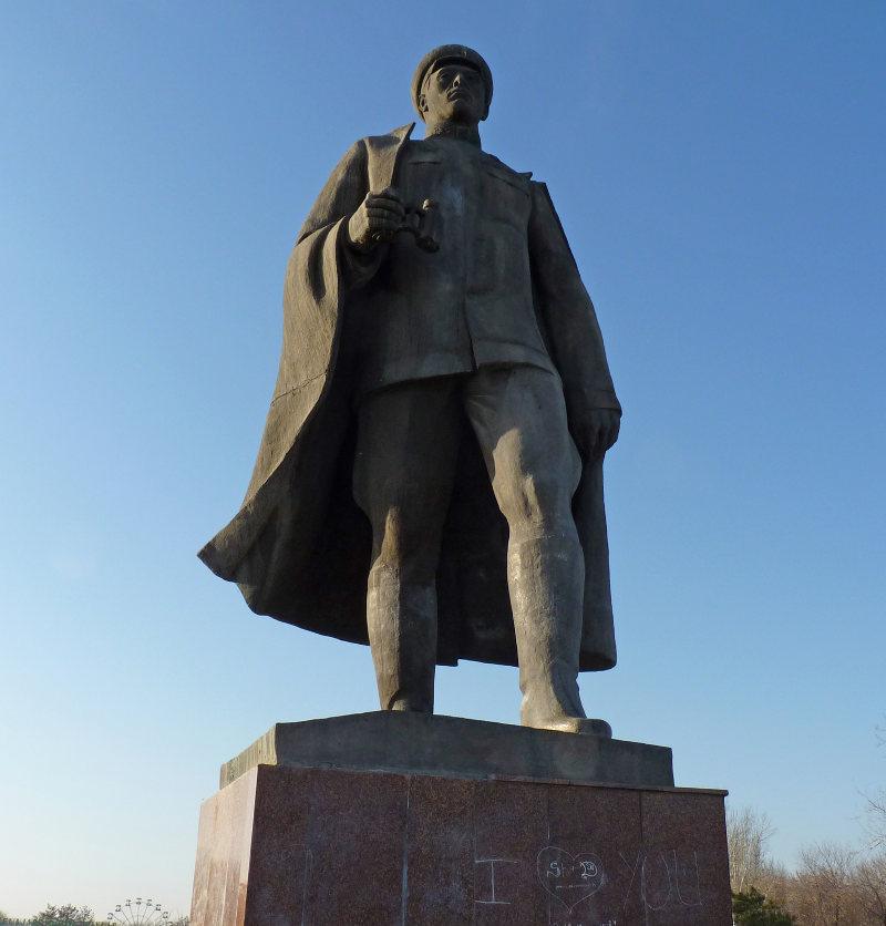 Таким памятник С.Рахимову в Ташкенте был месяц назад