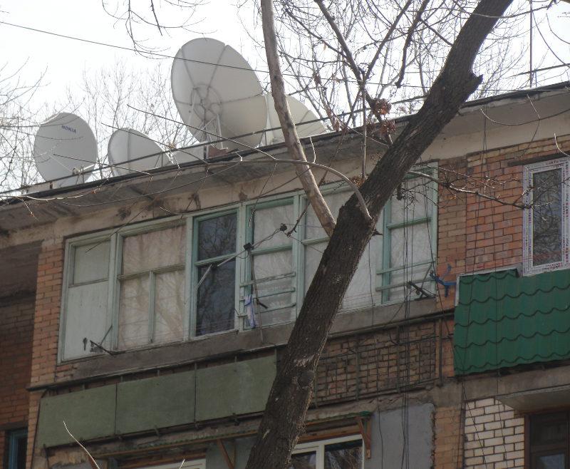Крыши ташкентских многоэтажек загромождены антеннами-тарелками