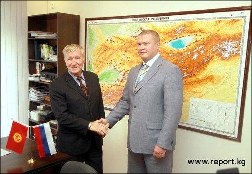Посол Российской Федерации в Кыргызской Республике Валентин Власов и гендиректор MegaCom Андрей Силич