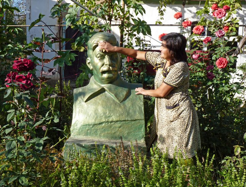 Памятник Сталину во дворе узбекского жилого дома