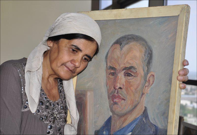 Жена Азимжана Аскарова с его автопортретом