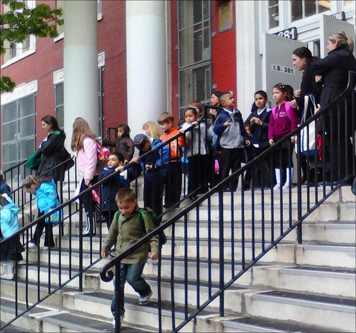 Дети выходят из школы