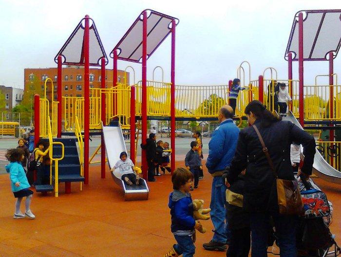 Некоторые дети после уроков устремились на школьную игровую площадку
