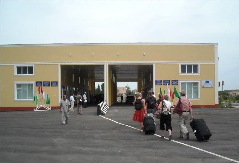 Иностранцы переходят узбекско-таджикскую границу