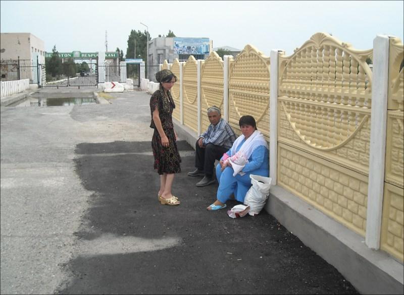 Граждане Таджикистана ждут милости от узбекских пограничников по нескольку часов