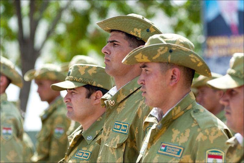 Таджикские пограничники слушают выступление посла США