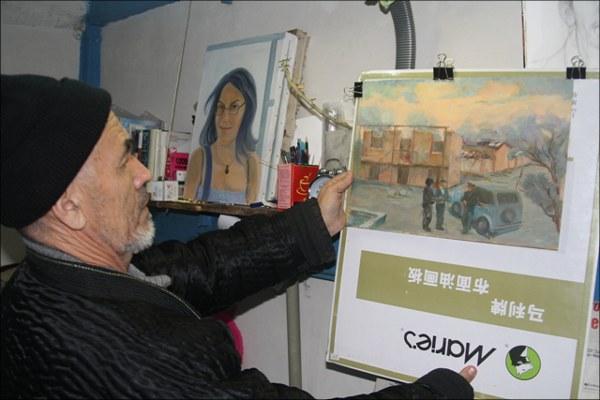 Азимжан Аскаров показывает свои картины
