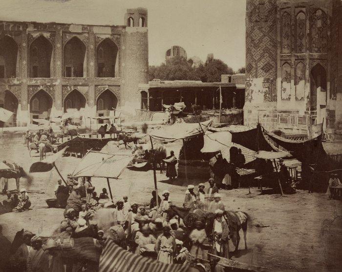 На базарной площади Регистан, самарканд