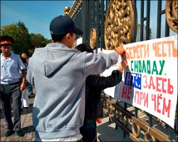 "Kyrgyzstan: journalists picket ""Let's show parliament our teeth"""