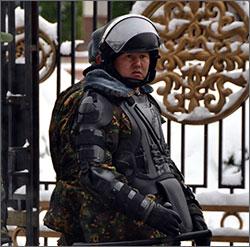 Кыргызстан: Белый дом под охраной - усиленной и разной (фото)