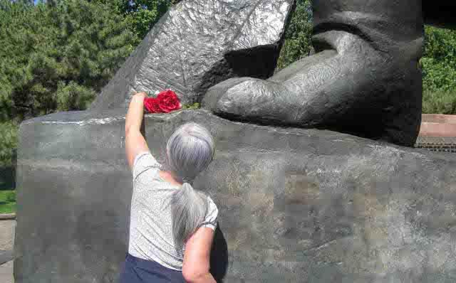 Аделаида Ким возлагает цветы к памятнику Мужества в Ташкенте