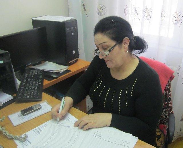 Председатель махаллинского комитета делает запись в анкете на выездную визу