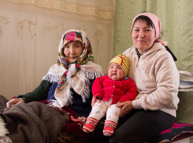 Ракыя-апа с приемной внучкой и правнучкой