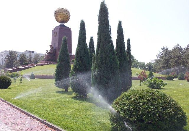 Полив ёлок и газона на площади Мустакиллик в Ташкенте