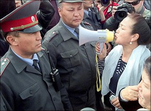 Митинги в Кыргызстане: Конники, юрты, перекрытия дорог