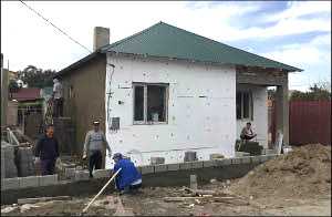 Кыргызстан: Как строят дома для пострадавших от антитеррора