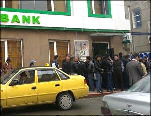 Узбекистан: С октября половину всех пенсий будут переводить на карточки
