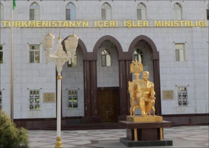ВАшхабаде убрали позолоченный монумент Туркменбаши