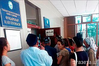 Ўзбекистон: Олий суд ғазабланган оламоннинг суд дарвозасини бузгани тўрисидаги хабарларга раддия берди