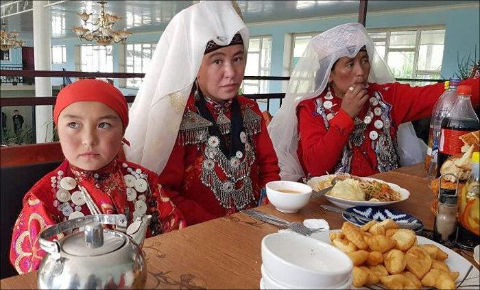 Детей этнических кыргызов изПамира привезли вКыргызстан для обучения