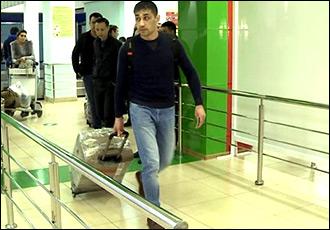 «Ўтириш»га  хуш келибсиз!  Мирзиёев гапларига ишониб қайтган одамларни Тошкент аэропортида кишан билан кутиб олишмоқда