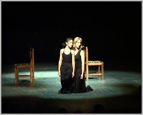 артистка театра Виктория Гордиенко с Сашей Салдиной (глухонемой)