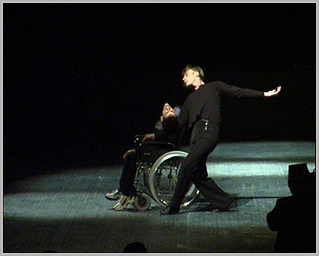 артист театра Антон Авруцкий с Валерием Коганом (в коляске)
