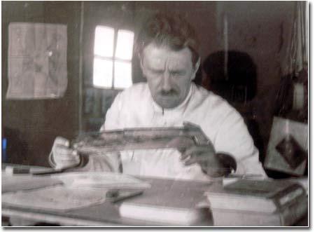 Сергей Толстов рассматривает найденные на Топрак-Кале документы