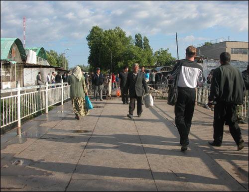 Первые шаги по восстановленному мосту, 14 мая 2005 года. Фото Шерзода Юсупова, Фергана.Ру
