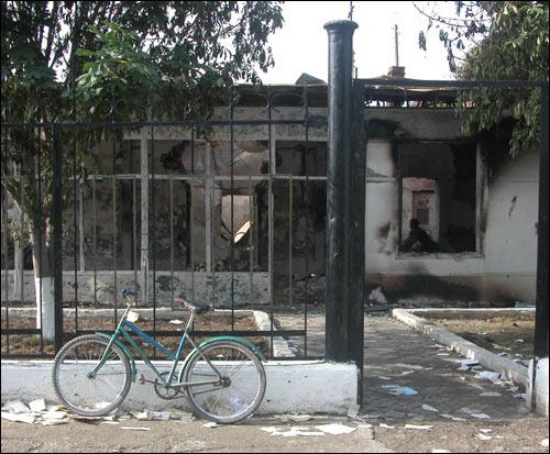 Сгоревшее здание милиции в Корасув. Фото Шерзода Юсупова, Фергана.Ру